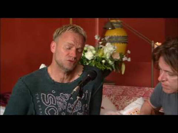 """Стинг в домашнем свитере на диване исполняет свой хит из фильма """"Леон"""""""