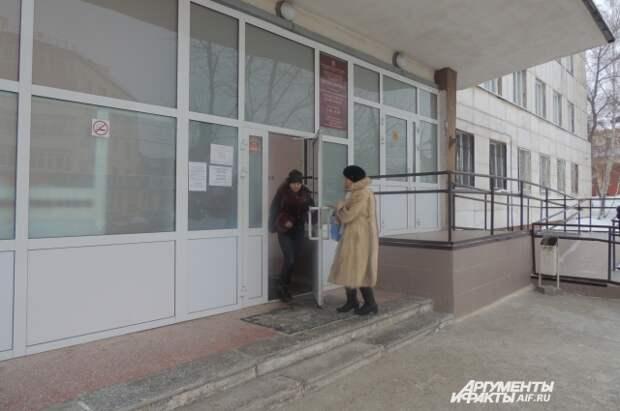 Поликлинику пожилая пациентка покинула, так и не выпросив талон.
