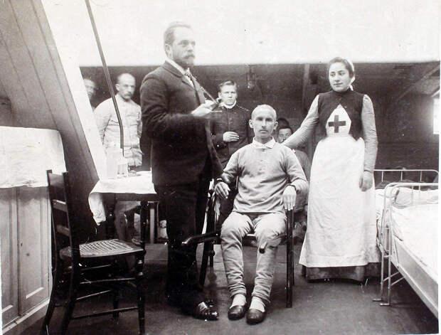21. Младший врач А. А. Косминский во время обхода больных в палате № 1. 1901