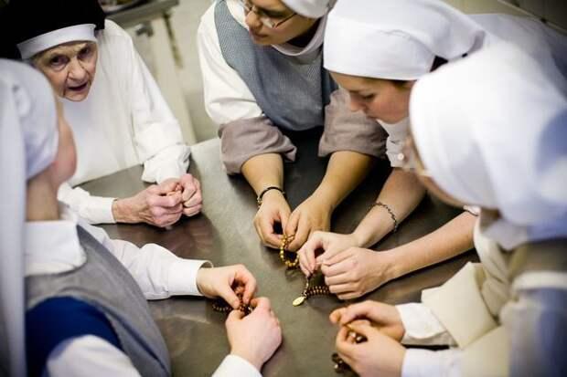 Монахини