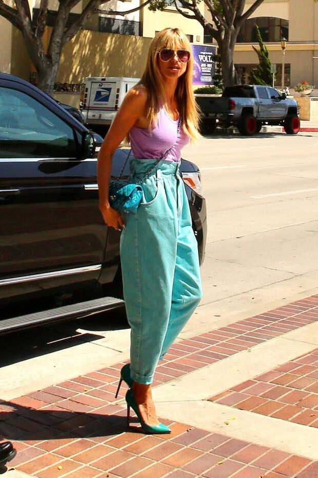 Бирюзовые джинсы? С каким ярким цветом их лучше сочетать — показывает Хайди Клум