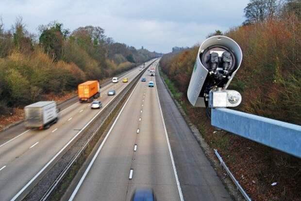 Камера фотофиксации над дорогой