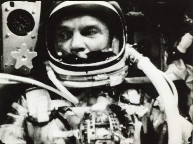 21. 1962. 20 февраля. Джон Гленн внутри кабины «Меркурий-Атлас»-6 (Friendship 7). Первый орбитальный космический полёт, совершенный гражданином США. Первое приземление человека в кабине космического аппарата после орбитального полета