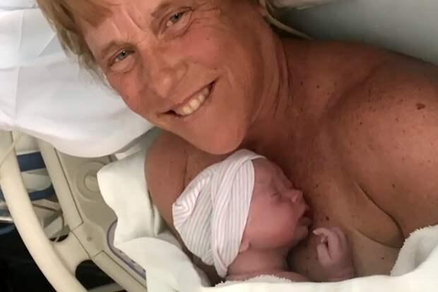 Американка родила здорового малыша в 57 лет