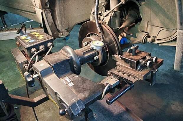 Этот станок – из группы дорогих (цена около 600 тысяч рублей). Он снабжен гироскопом для компенсации естественного биения диска на самой ступице. Если биение слишком велико и станок не проходит калибровку, то ступицу надо менять.