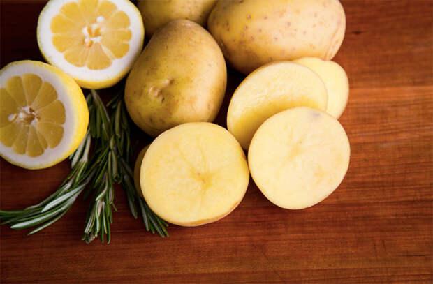 Кладем на мангал картошку и жарим как мясо