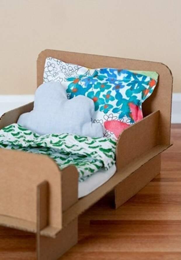Добавьте к картонному основанию маленькое постельное белье и кровать готова.