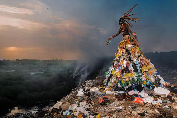 Колоритные костюмы из мусора в Сенегале