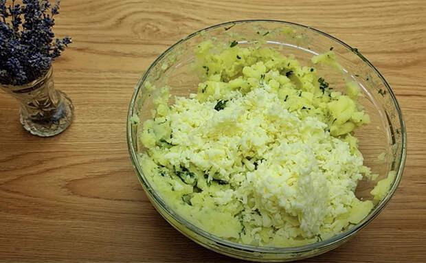 Превращаем пюре и зелень в картофельные сосиски. Гарнир и закуска в одном блюде