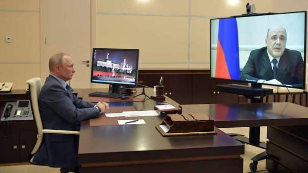 Президент России Владимир Путин (слева) и премьер-министр Михаил Мишустин