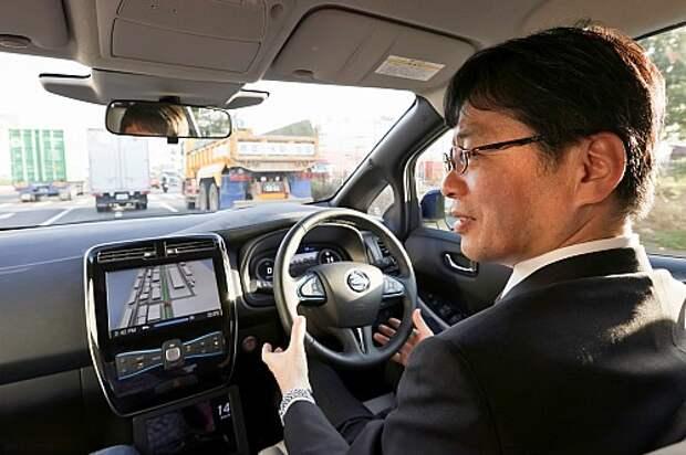 Лишь во время остановок на светофорах глава программы Nissan Autonomous Drive Тецуи Иджима может немного расслабиться, но руки всё равно держит у руля – чтобы схватиться за него в любой момент.