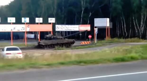 Эффектная погоня танков по бездорожью удивила пользователей сети Т-80, бронетехника, новосибирск, т-72, танки