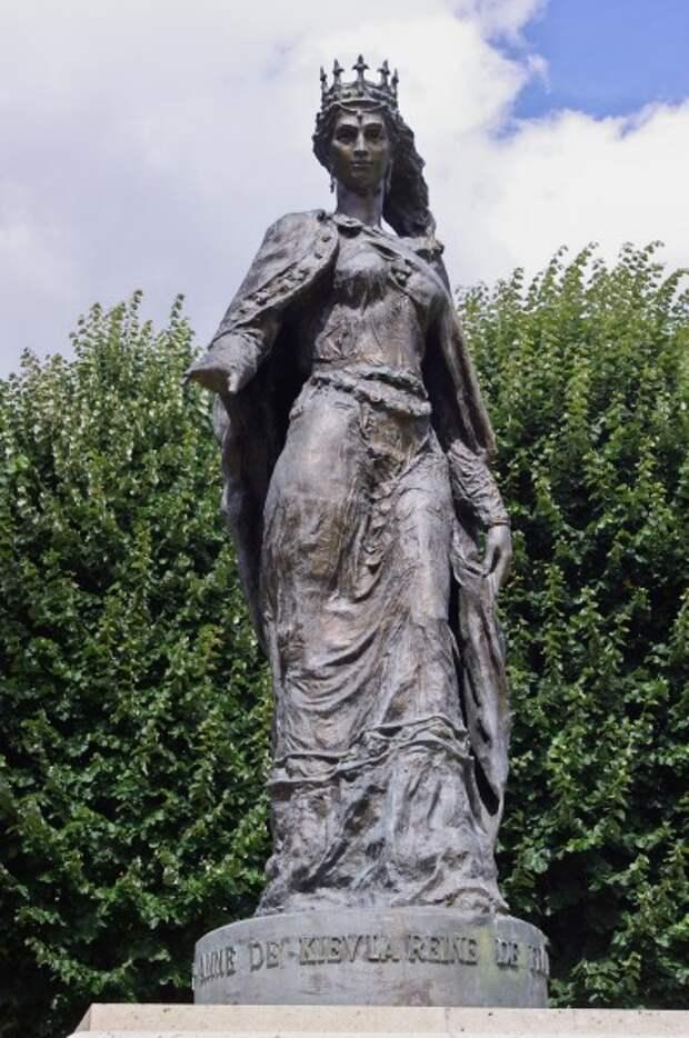 Статуя Анны Ярославны в Санлисе.jpg