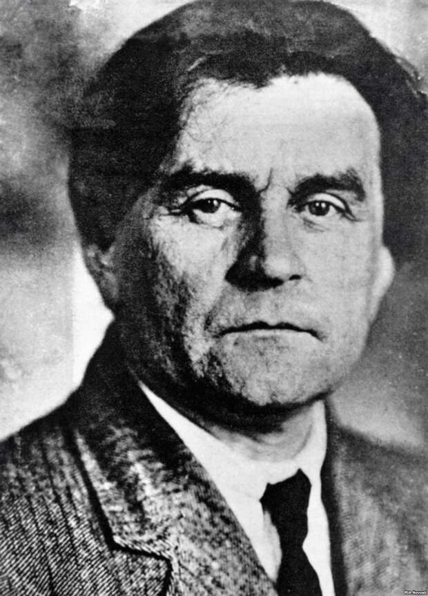 https://upload.wikimedia.org/wikipedia/commons/6/63/Casimir_Malevich_photo.jpg