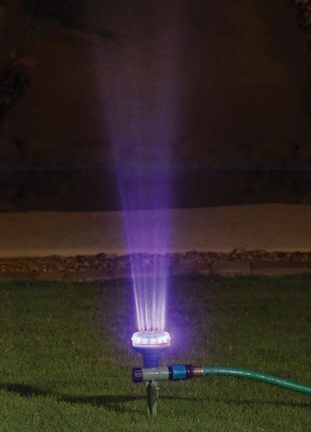 6. Распрыскиватель с меняющей цвет подсветкой. Необходимое электричество вырабатывается движением воды. вещи, лето