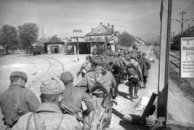 Солдаты и офицеры Красной Армии