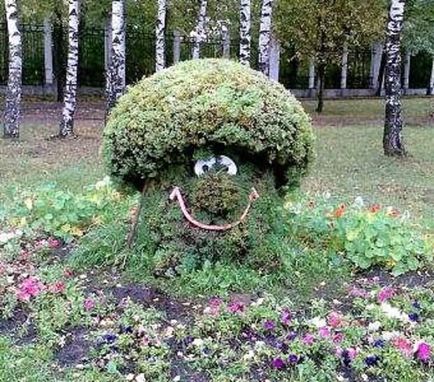 садовая фигурка из травы