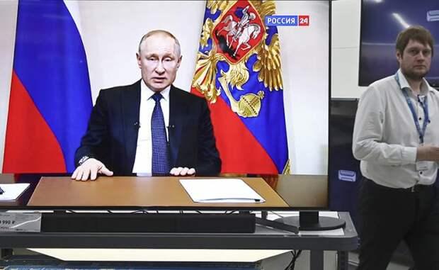 На фото: трансляция обращения президента России Владимира Путина в связи с ситуацией с коронавирусом COVID-19