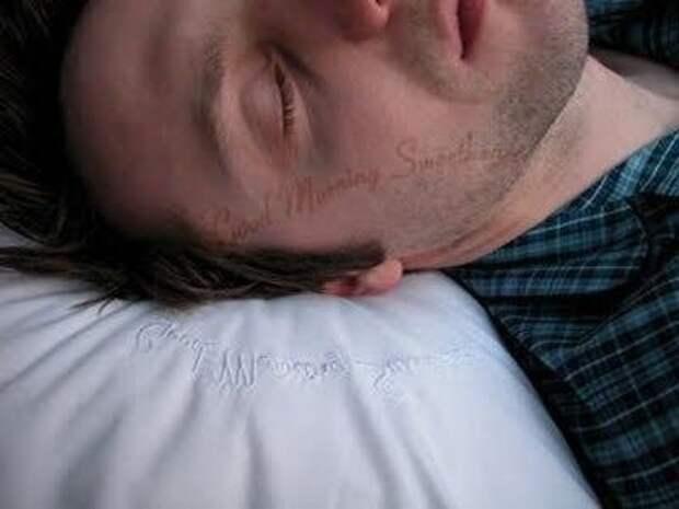 Подушка оставляющая записку на лице: «С добрым утром, соня!