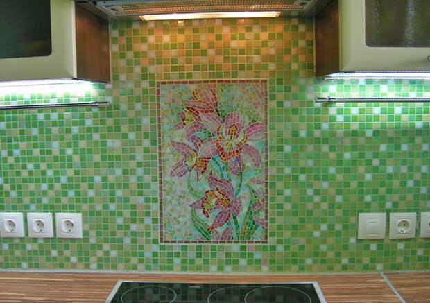 Плитка в виде смальты или мозаики изящно дополняет дизайн любой кухни