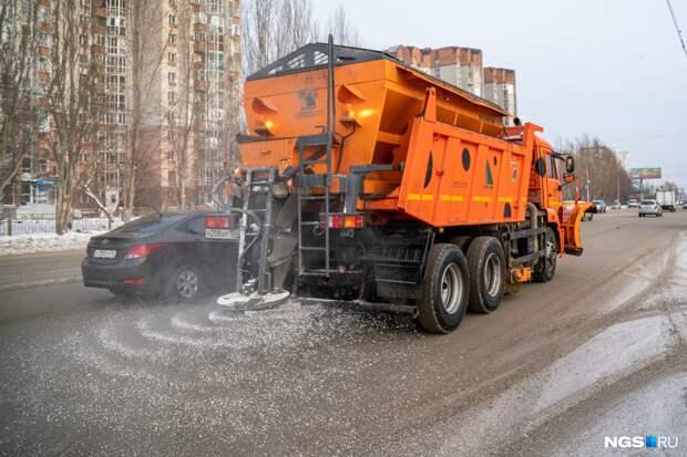 Для зимних улиц Новосибирска снова заказали реагент, на который жаловались горожане, — в мэрии объяснили почему