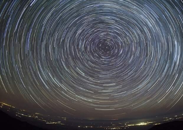 Массивное звездообразование путем аккреции. Вращение: Как обойти барьер углового момента