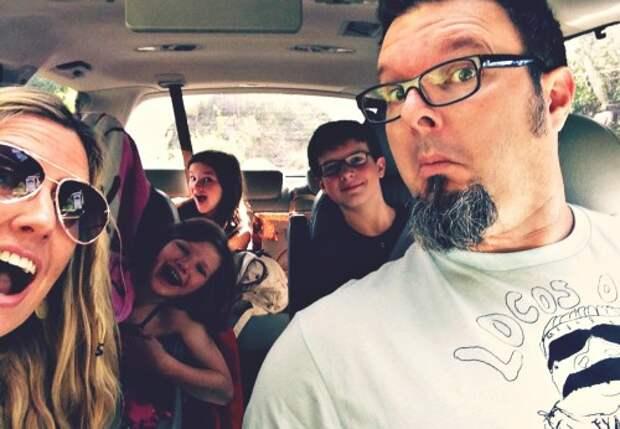 Селфи семьи в машине