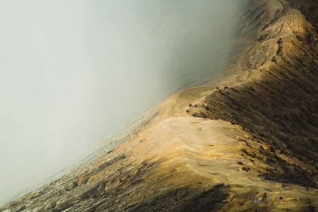 Голубая лава спускается с гор