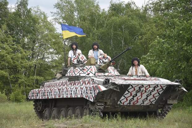 «Каклоход»: украинские боевики «напялили» вышиванку на БМП
