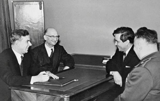 Председатель КГБ при СМ СССР В. Е. Семичастный (1-й слева) принимает советских разведчиков Рудольфа Абеля (2-й слева) и Конона Молодого (2-й справа). Москва, сентябрь 1964 года./Фото: s3-eu-central-1.amazonaws.com