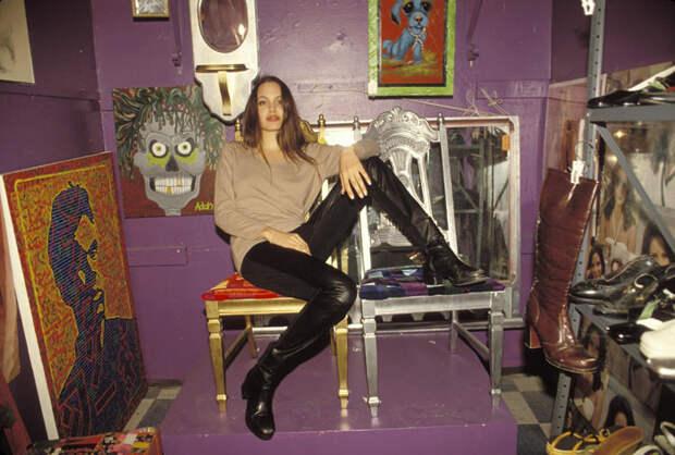 Анджелина Джоли (Angelina Jolie) в фотосессии Мишеля Буркара (Michel Bourquard) (1994), фото 40