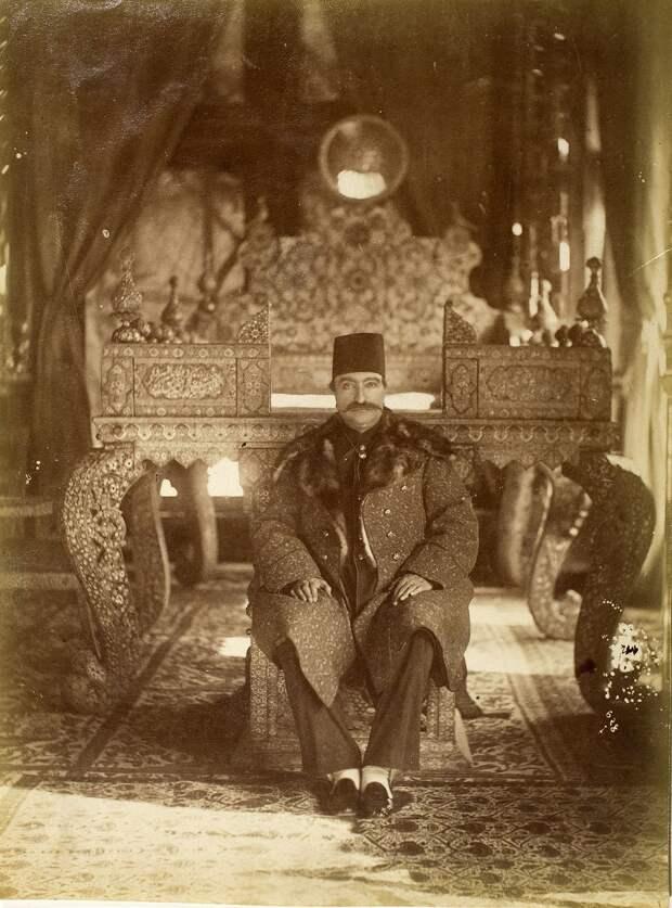 Наср-эд-Дин-шах Каджар на нижней ступени Павлиньего трона в Тронном зале Гюлистана, Тегеран