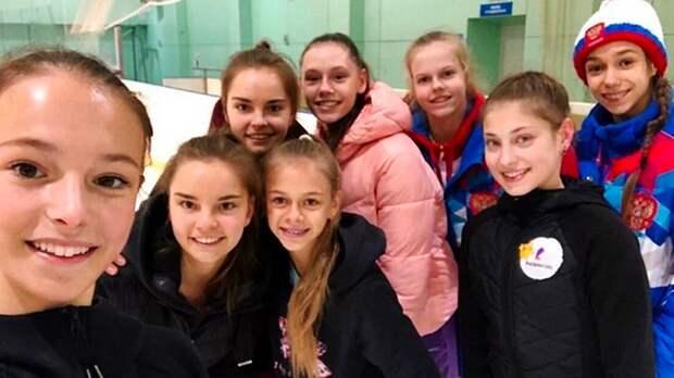 Загитова, Щербакова иКосторная сфотографировались ссестрами Авериными идругими гимнастками вНовогорске