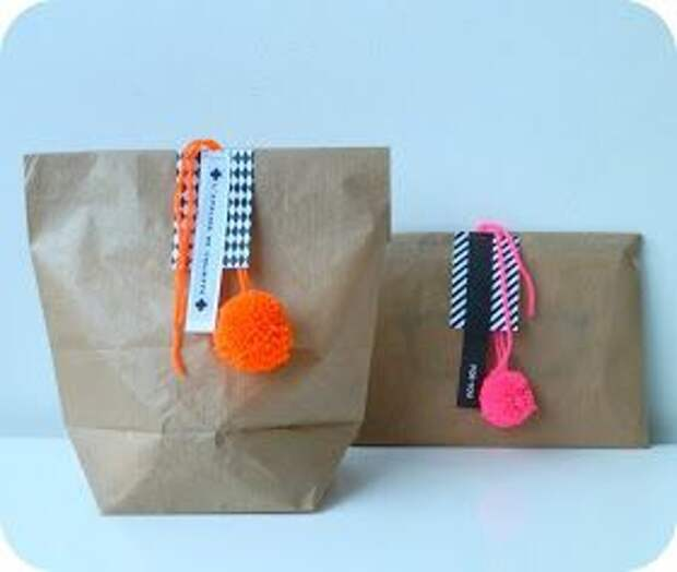 упаковки подарков с помпонами