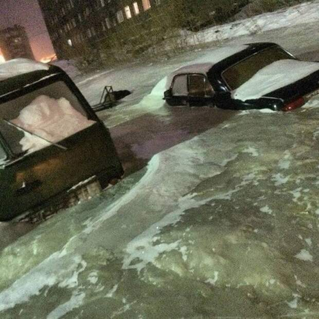 Вы только посмотрите на этот объёмный рисунок замёрзшей воды и застрявших в ней автомобилей. 3д рисунки, дороги, приколы