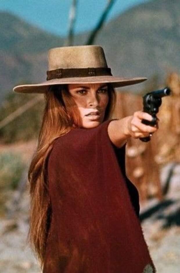 """Прекрасная и опасная Рэкел Уэлч в вестерне """"Ханни Колдер""""."""