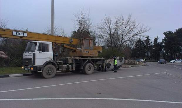 В севастопольском ДТП машина перелетела через клумбу и перевернулась (фото, скриншоты)