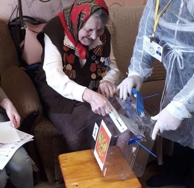 Ветеран Великой Отечественной войны из Тверской области проголосовала на дому