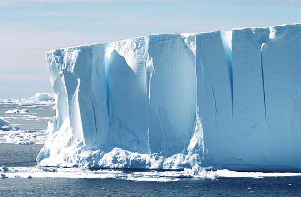 Не все айсберги бывают белого цвета