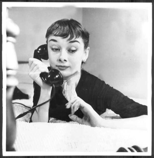 """Забавная """"телефонная"""" серия фотографий Одри Хепбёрн, 1952 год."""