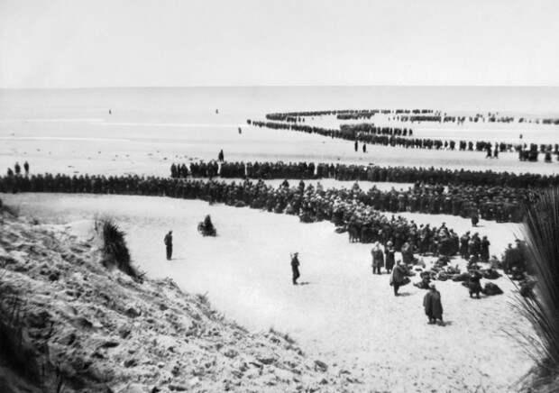 Сотни тысяч британских и французских солдат, бежавших от нацистской армии, собрались на пляже в Дюнкерке