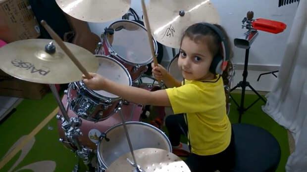 5-летняя барабанщица удивляет людей