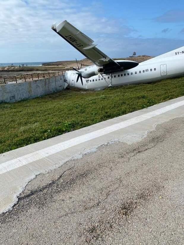 В аэропорту Сомали грузовой самолет въехал в бетонную стену