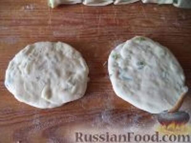 Фото приготовления рецепта: Лепешки с зеленым луком - шаг №9