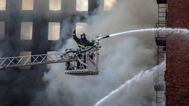 """На """"Невской мануфактуре"""" в Санкт-Петербурге остались два очага пожара"""