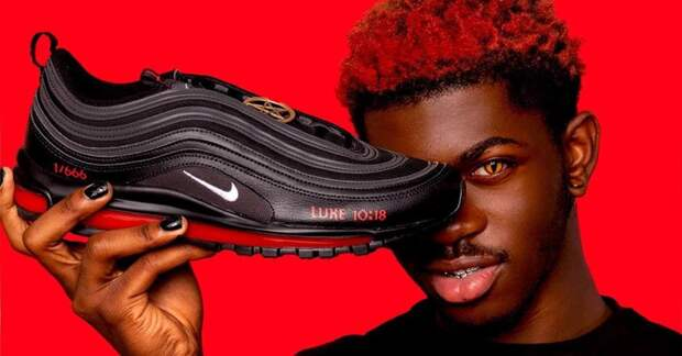 В соцсетях критикуют кроссовки Nike с «человеческой кровью» в подошве
