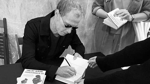 Писатель или подражатель: загадочное фото Пелевина обсуждают в Сети