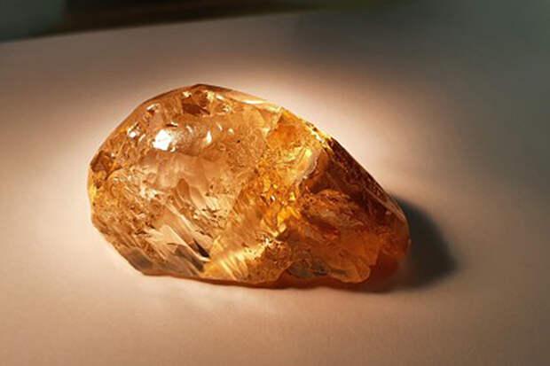 В Якутии добыли крупнейший в России цветной алмаз
