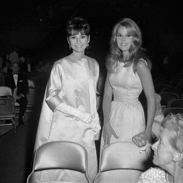 Одри Хепберн и Джейн Фонда на вручении Оскара в 1965 году. история, ретро, фото, это интересно