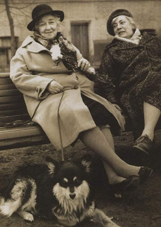Фаина Раневская на прогулке с подругой Ниной Сухоцкой.